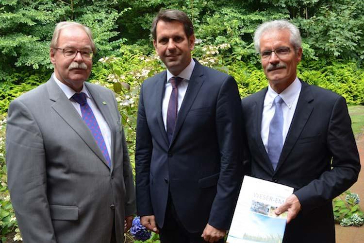Georg Litmathe und Harald Lesch vom Genossenschaftsverband Weser-Ems begrüßten Wirtschaftsminister Olaf Lies beim Genossenschaftstag in Rastede.