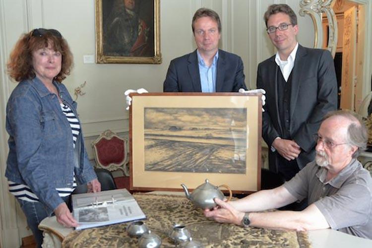 Margarethe Rosenbohm-Plate (links) brachte den Stein mit ihrem Aufsatz ins Rollen. Dr. Andreas von Seggern und Dr. Marcus Kenzler verständigten sich über die Sondersammlung und Lühr Grolle (von links) gibt die ersten Objekte dort hinein.