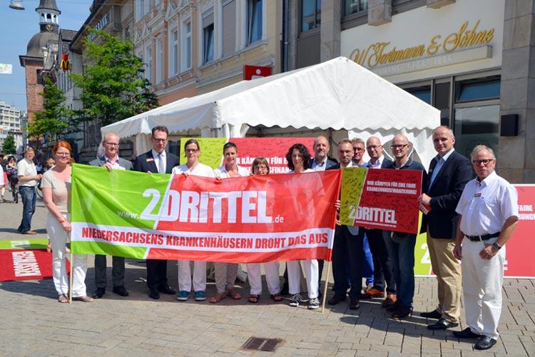 Krankenhausmitarbeiter machten in Oldenburgs Innenstadt auf die Finanznot in ihren Häusern aufmerksam.