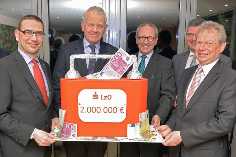 Martin Grapentin und Gerhard Fiand vom LzO-Vorstand freuen sich gemeinsam mit den Landräten Sven Ambrosy, Hans Eveslage und Jörg Bensberg über die Kapitalerhöhung der LzO-Stiftungen.