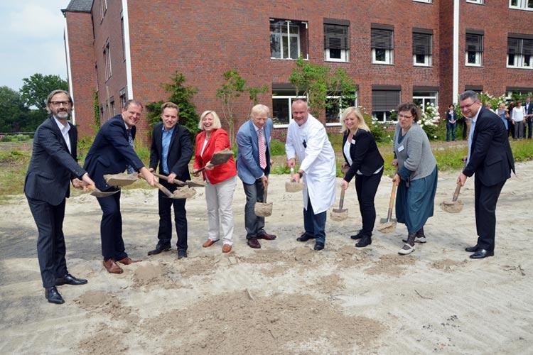 Mit dem ersten Spatenstich durch Gesundheitsministerin Cornelia Rundt ist der Startschuss für den Jugendforensik-Neubau der Karl-Jaspers-Klinik gefallen.