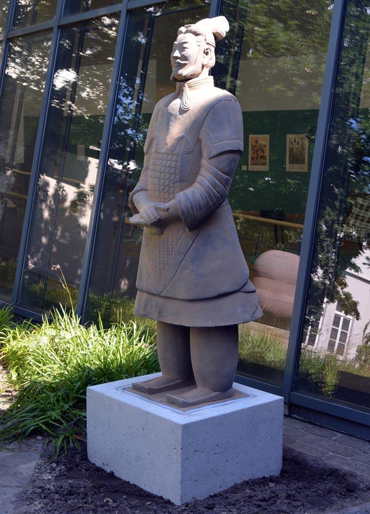 Ab sofort steht der Terrakotta-General Yuan im Garten des Oldenburger Stadtmuseums.