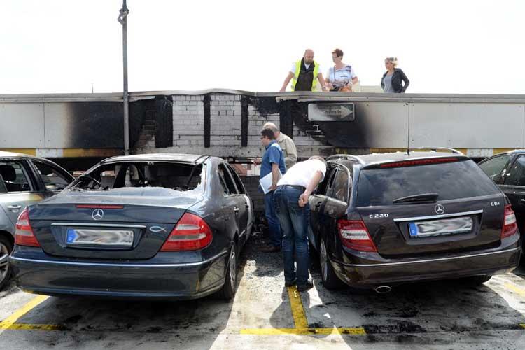 Nach einem Autobrand im Parkhaus am Waffenplatz Oldenburg haben Brandermittler sofort ihre Arbeit aufgenommen.