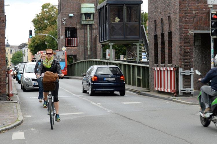 Dieses Bild wird es ab sofort in Oldenburg häufiger geben. Autofahrer fahren hinter Radfahrern her, insbesondere dort, wo die Straßen – wie hier auf der Cäcilienbrücke – eng sind und das Überholen unmöglich ist.