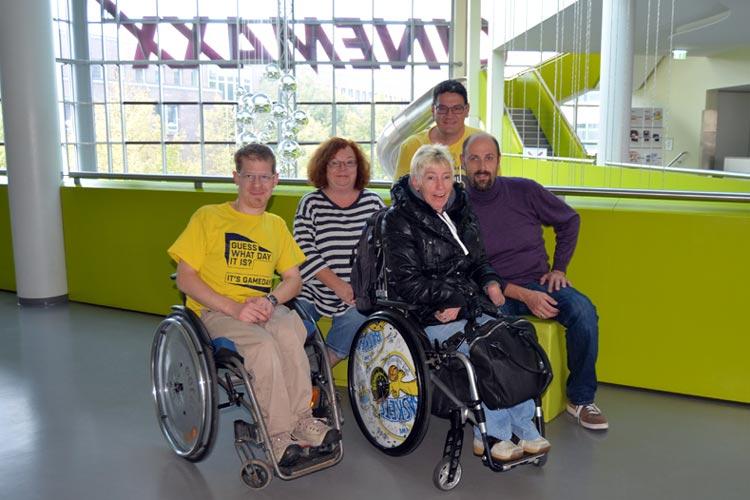 Die EWE Baskets Rollis im Oldenburger CinemaxX: Dirk Fömpe, Jutta und Norbert Bohne sowie Holger und Martina Bahnsen waren von dem Film Der perfekte Wurf begeistert.