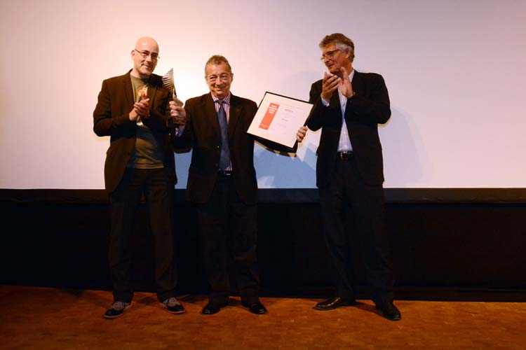 Festivalleiter Torsten Neumann überreichte in Anwesenheit von Oldenburgs Oberbürgermeister Gerd Schwandner auf der Bühne des ausverkauften EWE-Forums den Preis an Philippe Mora.