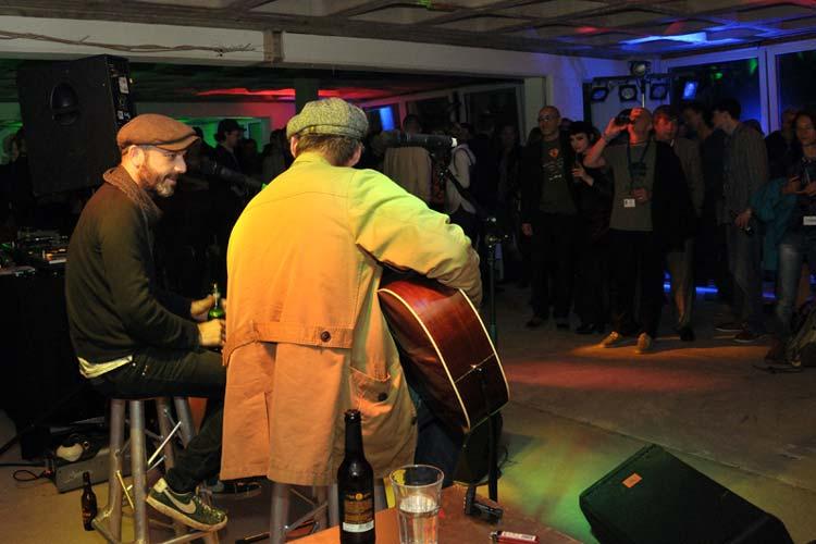"""Zum Abschluss fand die """"geheime Party"""" mit Livemusik von Jan Plewka und Marco Schmedtje unter dem Motto """"Bad City"""" in einem leerstehenden Bürogebäude in der Ritterstraße statt."""