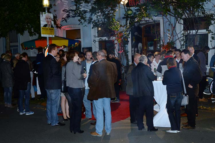 Zum Abschluss des Filmfest Audi Empfangs wurde bei Currywurst im Becher und Bierflasche in der Hand im Marvin's gefeiert.
