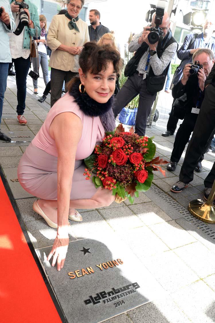 Die US-Schauspielerin Sean Young erhielt einen Stern auf dem OLB-Walk of Fame.