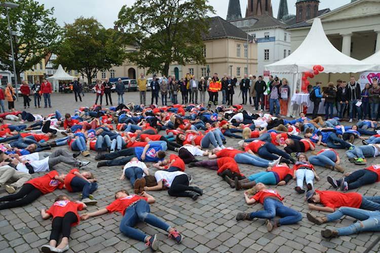 Schüler demonstrierten beim Aktionstag Oldenburg rettet Leben auf dem Schlossplatz eindrucksvoll den Flashmob Herzstillstand.