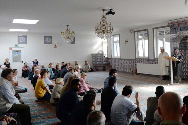 Am Freitag, 19. September, beteiligten sich die Gemeindemitglieder der DITIB Oldenburg Haci Bayram-Moschee im Anschluss an das muslimische Freitagsgebet an einer bundesweiten Mahnwache und Friedenskundgebung gegen Hass und Gewalt.