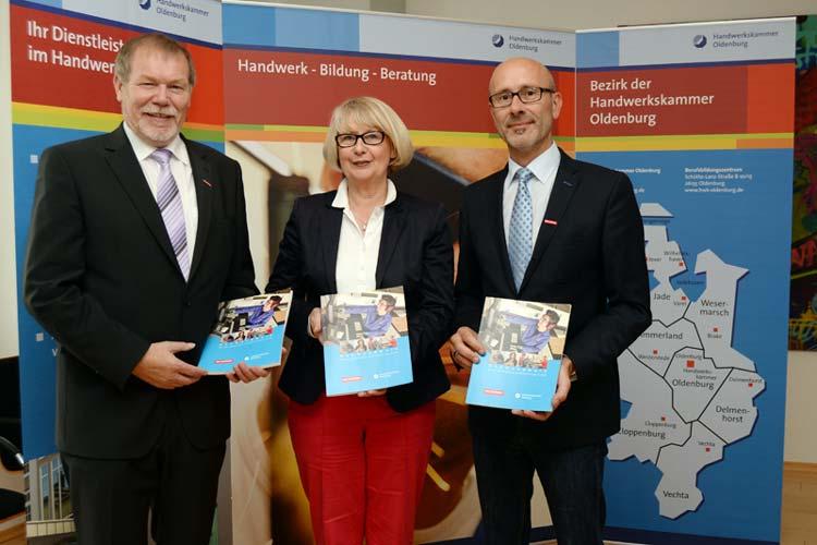 Kammerpräsident Manfred Kurmann, Dr. Christa Hülsebus-Wagner, Geschäftsführerin des Verlags Kommunikation und Wirtschaft, und der stellvertretende HWK-Hauptgeschäftsführer Heiko Henke stellten heute das neue Buch über das Handwerk vor.