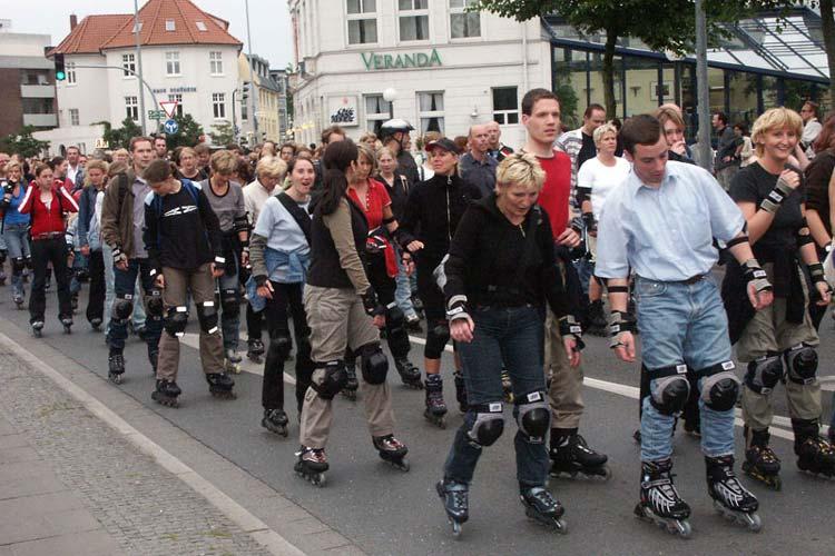 Die Initiative Bike & Inliner Nights lädt zu ihrer letzten Mittwochstour in diesem Jahr ein. Diesmal geht es rund 15 Kilometer durch das Oldenburger Stadtgebiet. Wie die Initiative mitteilt, soll wiederholt für den Ausbau von Radwegen demonstriert werden.