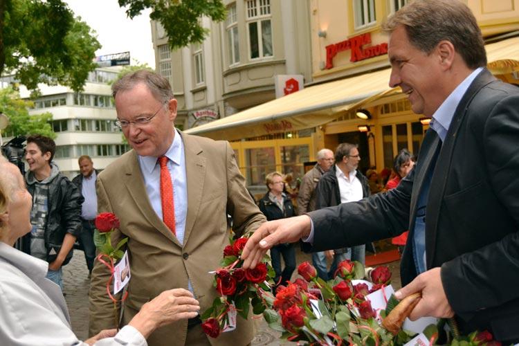 Gemeinsam mit Ministerpräsident Stephan Weil verteilte Jürgen Krogmann rote Rosen in der Oldenburger Innenstadt.