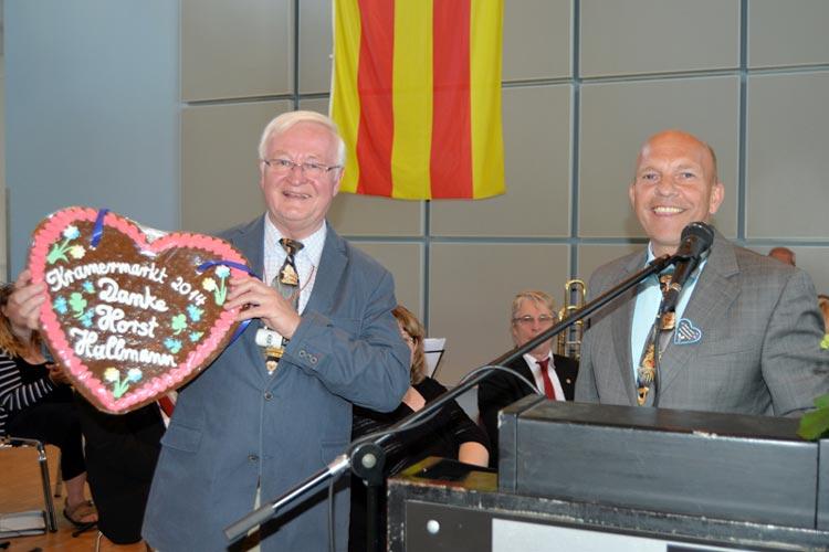 Horst Hullmann, der wieder mit Humor den Umzug moderierte, wurde von Michael Hempen mit lobenden Worten und einem riesigen Lebkuchenherz geehrt.