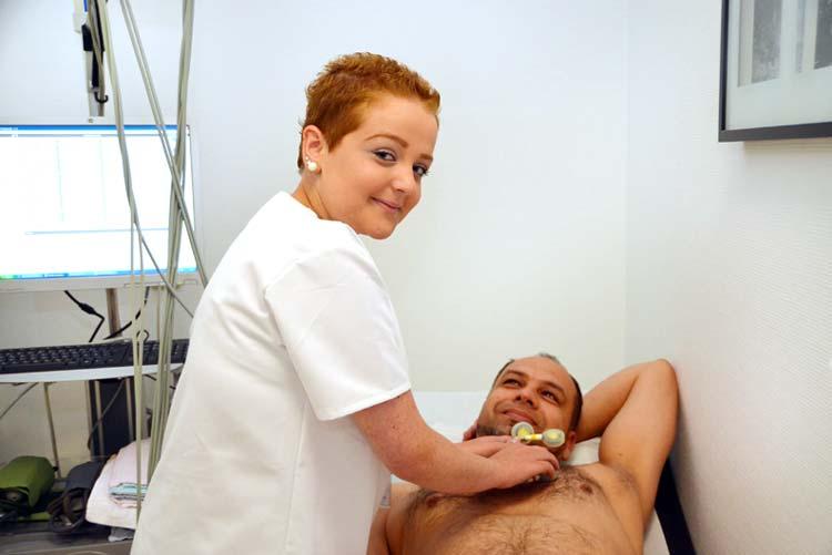 Monique Rockel hat eine Ausbildung zur Medizinischen Fachangestellten begonnen und bereitet gerade ein EKG vor.