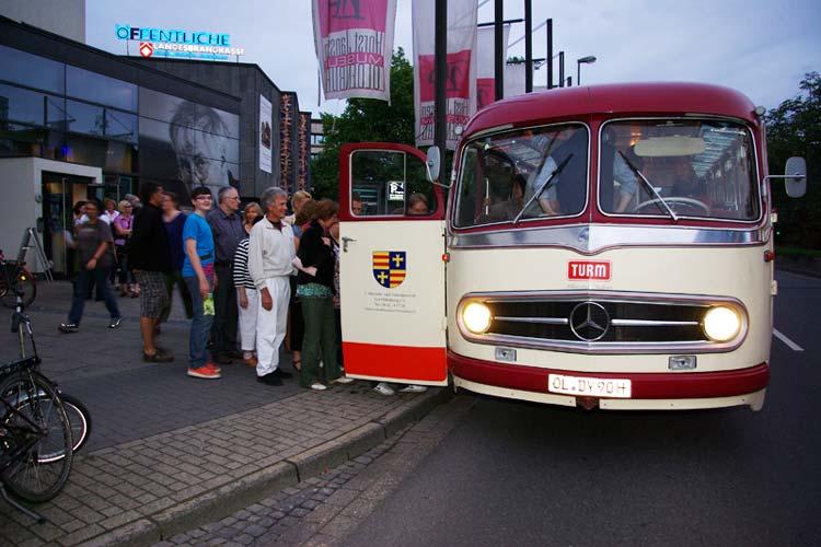 in historischer Pekol-Bus bringt die Gäste während der langen Nacht der Museen in Oldenburg von Museum zu Museum.