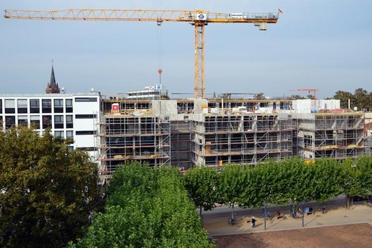 Langsam nimmt der Neubau am Waffenplatz in Oldenburgs Innenstadt Gestalt an. Jahrelang standen hier die Gebäude des ehemaligen Möbelhauses Broweleit an den Wallanlagen in Oldenburgs historischer Innenstadt leer und verfielen zusehends.