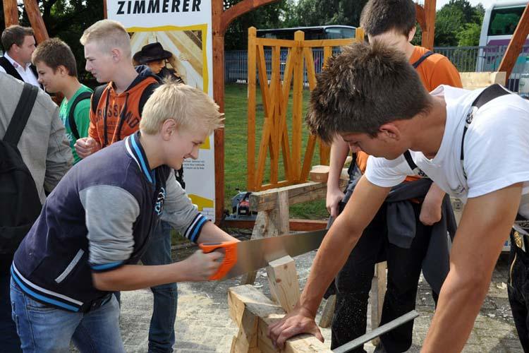 Beim Tag der Ausbildung können Schüler_innen verschiedene Berufe ausprobieren.