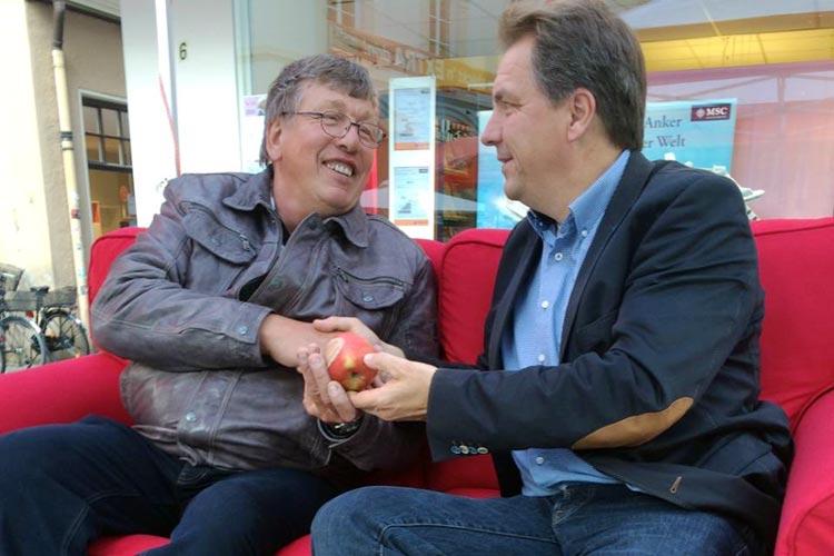 Jürgen Krogmann verteilte Bio-Äpfel an die Wähler und unterhielt sich auf einem Roten Sofa.