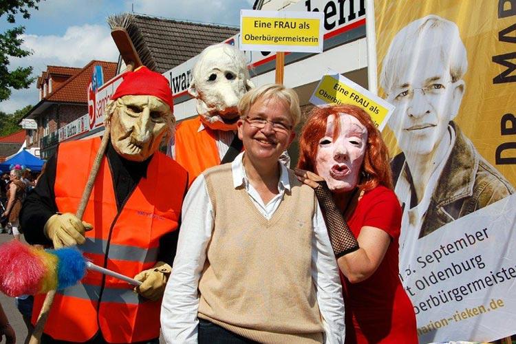 Wenn die Masken-Menschen Marion Rieken beim Wahlkampf begleiteten, sorgen sie für viel Aufmerksamkeit