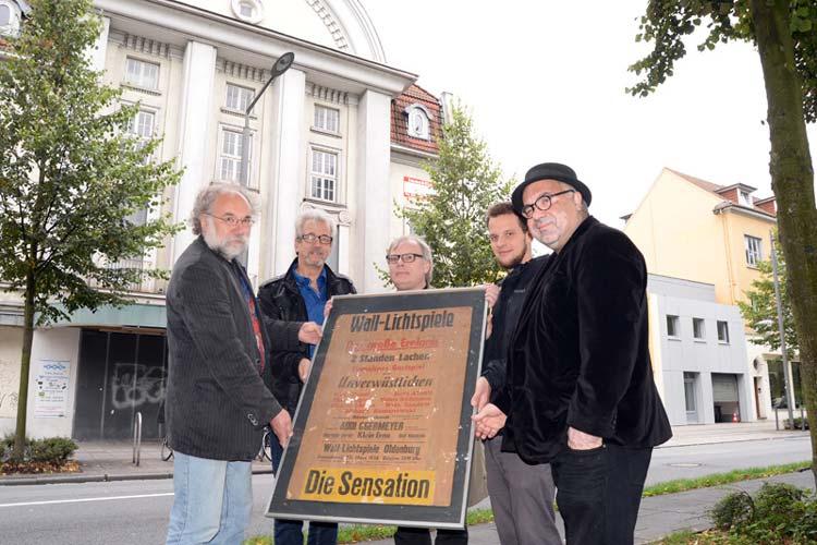 Bernd Poch, Heinz-Günther Hartwig, Michael Lürßen, Jendrik Punks und Farschid Ali Zahedi vom Verein Werkstattfilm möchten das denkmalgeschützte Wallkino in Oldenburg retten.
