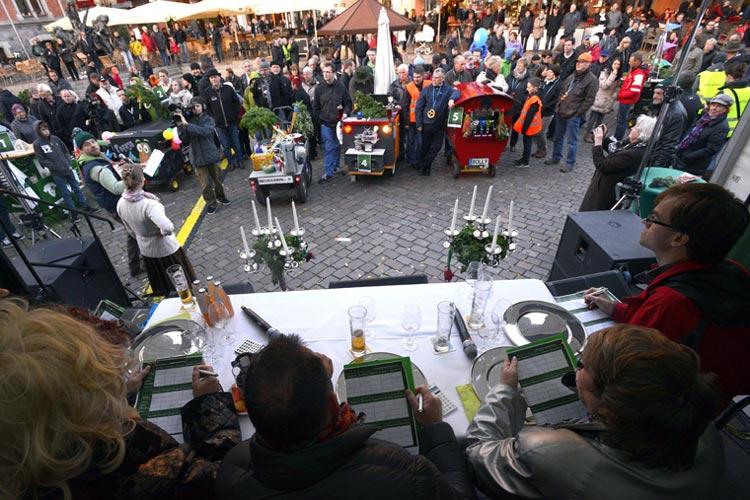 Zum Programm der Grünkohlsaisoneröffnung in Oldenburg gehört ein Wettbewerb für Bollerwagen. Wer Besitzer eines skurrilen, lauten, schlichten oder aufgemotzten Bollerwagens ist, kann am Wettbewerb teilnehmen, indem er seinen Beitrag bis kommenden Samstag, 18. Oktober, einsendet.