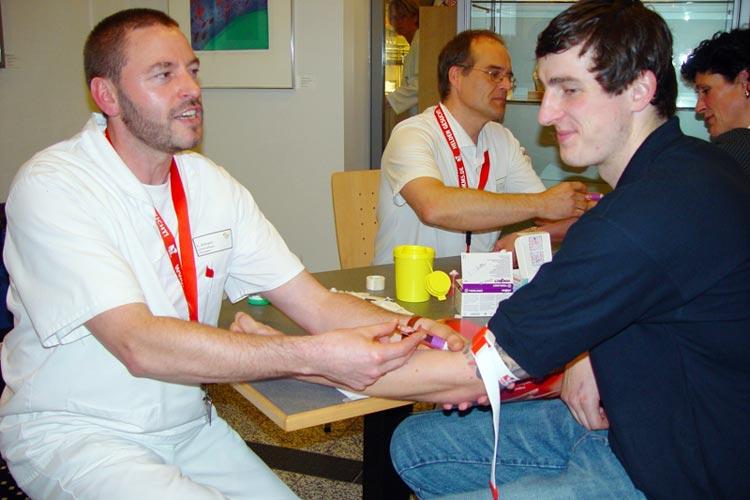 Heinrich Schrandt bei einer DKMS-Typisierungsaktion, an der auch der ehemalige Basketballprofi der EWE Baskets Daniel Strauch teilnahm.