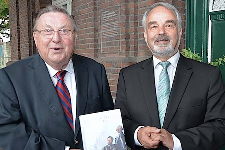 Horst-Günter Lucke und Thomas Kossendey stellten das Buch Geschichte des Oldenburger Landes vor.