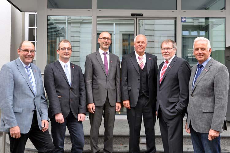Manfred Kater nimmt Abschied von der Handwerkskammer. Heiko Henke ist neuer Hauptgeschäftsführer. Den Stabwechsel begleiteten Eckhard Stein (Arbeitgeber-Vizepräsident), Stefan Cibis (Arbeitnehmer-Vizepräsident), Manfred Kurmann (Präsident) und der neue stellvertretende Hauptgeschäftsführer Klaus Higgen.