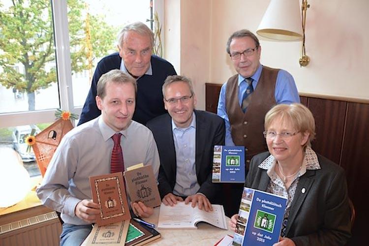 Ernst-August Bode vom Vorstand der Oldenburgischen Landschaft, Dirk Hinrichs vom Ollnborger Kring sowie Stephan Meyer, Verleger Florian Isensee und Rita Kropp stellten De plattdüütsch Klenner vor.