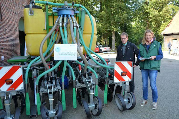 Eigens für die wissenschaftlichen Versuche zur Ermittlung der Nitratwerte im Grundwasser durch Düngung sind Maschinen speziell umgebaut worden, die Georg Kühling und Andrea Knigge-Sievers hier zeigen.