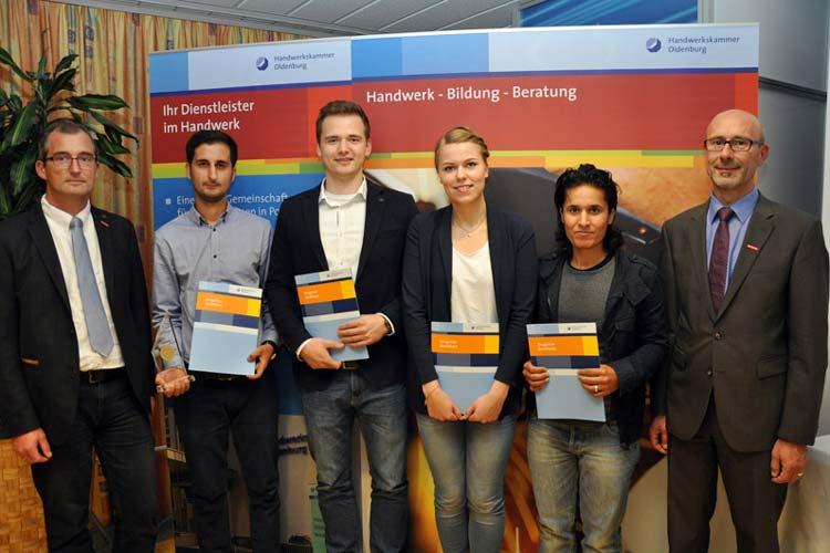 Stefan Cibis und HWK-Hauptgeschäftsführer Heiko Henke gratulierten den Kammersiegern aus der Stadt Oldenburg Borna Niroo, Yannik Schildt, Svenja Bösing und Lena Osso zu ihren hervorragenden Leistungen.