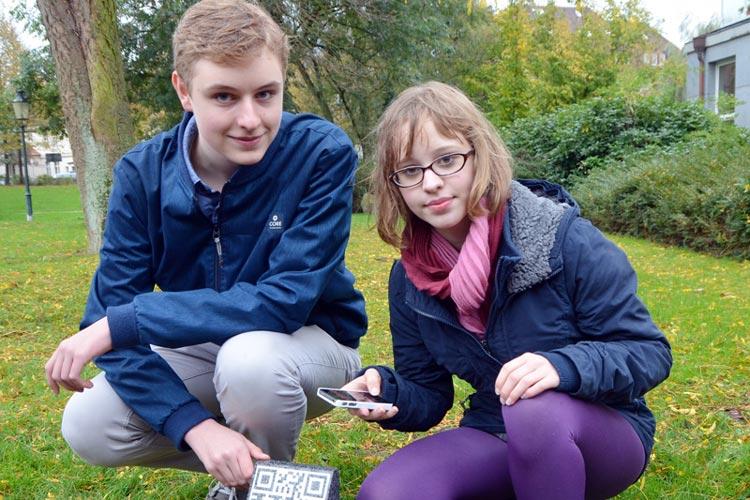 Lucas Adler und Antonia van Duijn stellen die Steinstele vor. Mit Hilfe der QR-Codes soll in Oldenburg ein wichtiges Zeichen gegen Rassismus, Fremdenfeindlichkeit und Faschismus gesetzt werden.