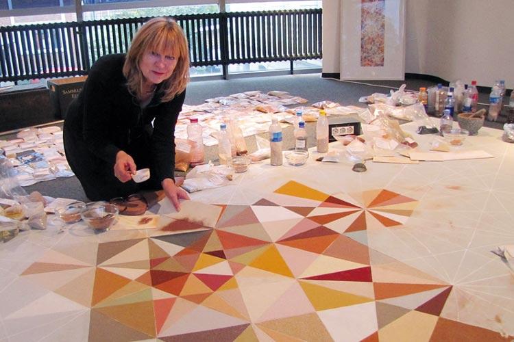 Elvira Wersche schlägt mit ihren Sanden in der Sonderausstellung Sammlung Wellensand im Oldenburger Landesmuseum für Natur und Mensch die Brücke zwischen den Welten.