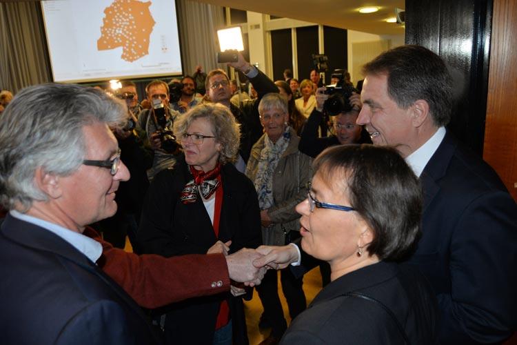 Auch der noch bis zum 31. Oktober amtierende Oberbürgermeister Dr. Gerd Schwandner gratulierte seinem Nachfolger Jürgen Krogmann zum Wahlsieg.