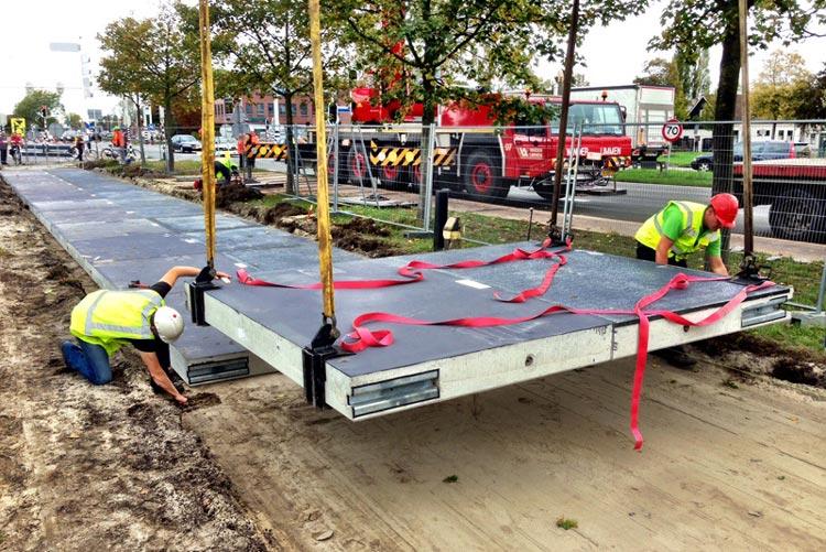 Die Vision eines Straßennetzes als unerschöpfliche Quelle von Ökostrom wird von den Niederländern in einem Pilotprojekt in die Realität umgesetzt. Das Konsortium SolaRoad baut zurzeit in Krommenie, ein Ortsteil der Gemeinde Zaanstadt, in der Provinz Noord-Holland den ersten Solar-Radweg.
