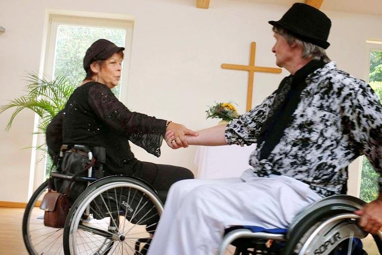 Die Gruppe rolligo bietet in Oldenburg einen Tanzkurs für Rollstuhlfahrer an.