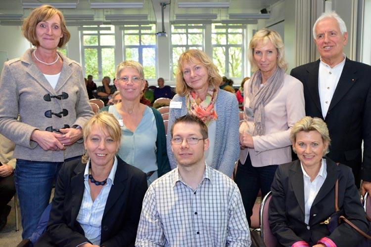 Birgit Voß und Rita Wick vom Vorstand des Versorgungsnetzes Gesundheit führten durch die Veranstaltung Hilfe annehmen, Hilfe gestalten und begrüßten als Referenten Ilka Haupt, Regina Schmidt und Wolfgang Bartels sowie Martina Hasseler, Carsten Kruse und Sigrid Wilmink.