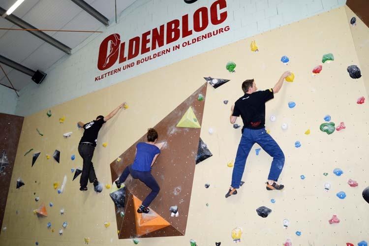 Marcus König, Theresa Hargesheimer und Claas Ahrens vom Oldenbloc bouldern.
