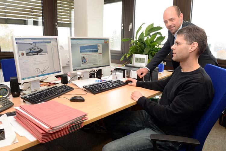Polizeikommissar Nils Padeken (vorne) und Polizeioberrat Thomas Weber kümmern sich im Rahmen des Pilotprojektes Cybercrime um Kriminalität im Internet.