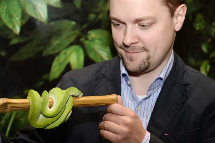 Florian Häselbarth züchtet Schlangen und informiert auf Mein Tier in der Oldenburger Weser-Ems Halle über ihre Eigenschaften und wie sie artgerecht auch in den eigenen vier Wänden gehalten werden können.