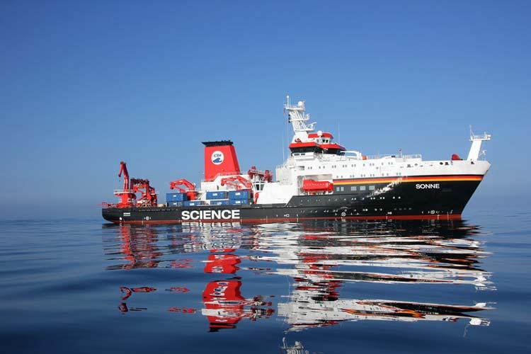 Mit dem Tiefseeforschungsschiff Sonne werden die Wissenschaftler den Pazifik von Süd nach Nord durchqueren.