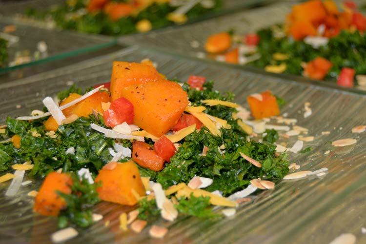 Kale-Salat mit Kürbis, der viel Gutes in sich hat: Grünkohl liefert Vitamin A und C in großen Mengen, ist kalorienarm, reich an Kalzium und enthält Omega-3-Fettsäuren, Folsäure und Ballaststoffe.