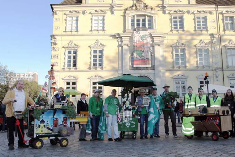 """Bei ungewohnt gutem Novemberwetter startete heute unter dem Motto """"Hallo Grünkohl!"""" Oldenburg in die Grünkohlsaison. Zahlreiche Besucher ließen es sich schmecken, folgten dem Rahmenprogramm und bewunderten die Bollerwagen, die im Wettbewerb gegeneinander antraten."""