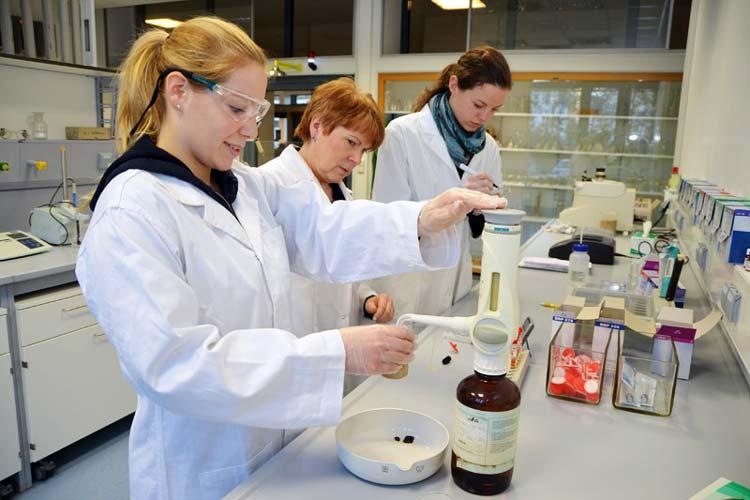 Bauingenieurstudentin Laura Pytel, Sabina Zoller und die wissenschaftliche Hilfskraft Carolin Westermann (von links) sind von den Arbeitsbedingungen im neuen Labor an der Jade Hochschule am Standort Oldenburg begeistert.