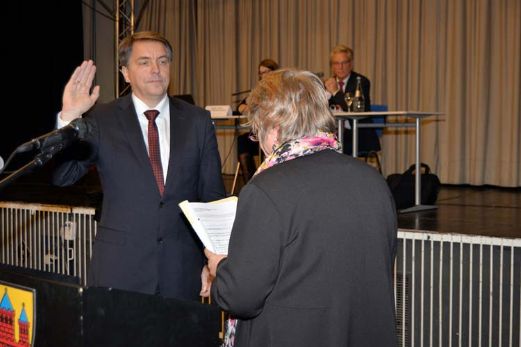 Die Erste Bürgermeisterin Germaid Eilers-Dörfler hat während der Ratssitzung Oberbürgermeister Jürgen Krogmann vereidigt.