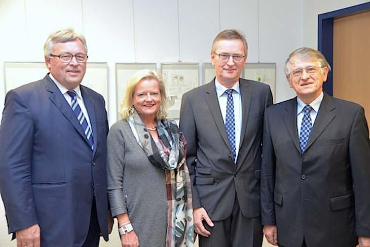 EWE-Vorstandsvorsitzender Dr. Werner Brinker, Dr. Gunilla Budde, Vizepräsidentin der Universität Oldenburg sowie Nobelpreisträger Prof. Dr. Klaus von Klitzing (rechts) zeichneten Werner Decker mit dem Titel Lehrer des Jahres aus.