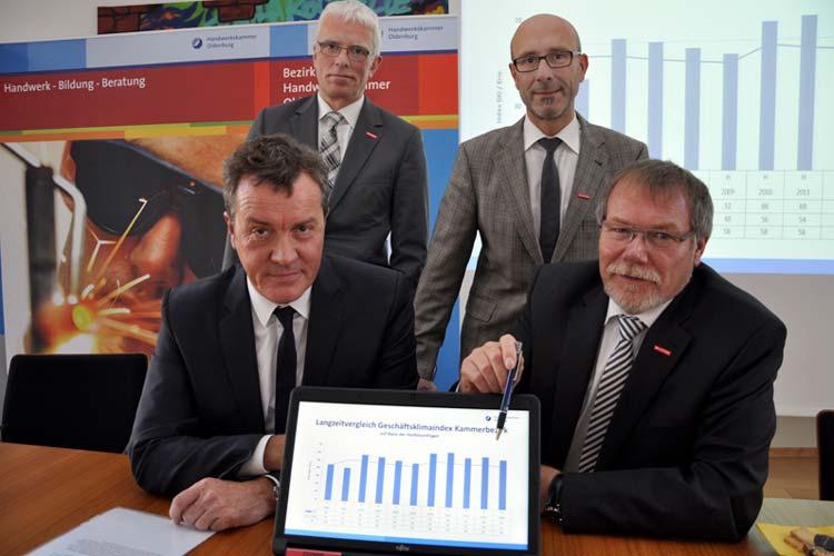 Stellten die Konjunkturumfrage der Handwerkskammer Oldenburg vor: Klaus Hurling, Heiko Henke und Manfred Kurmann. Handwerksunternehmer Ulrich Schmidt bestätigte das Ergebnis.