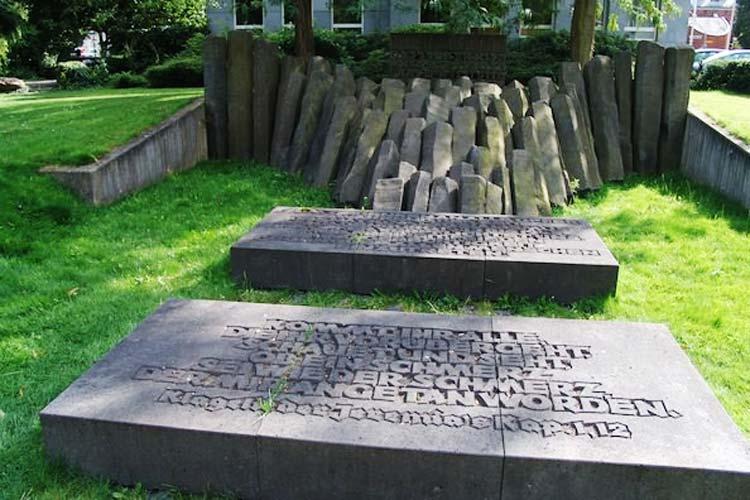 Der Erinnerungsgang führt auch am Mahnmal an der Peterstraße vorbei. Hier hat einst die Synagoge gestanden, die in der Reichspogromnacht von den Nazis angezündet wurde.